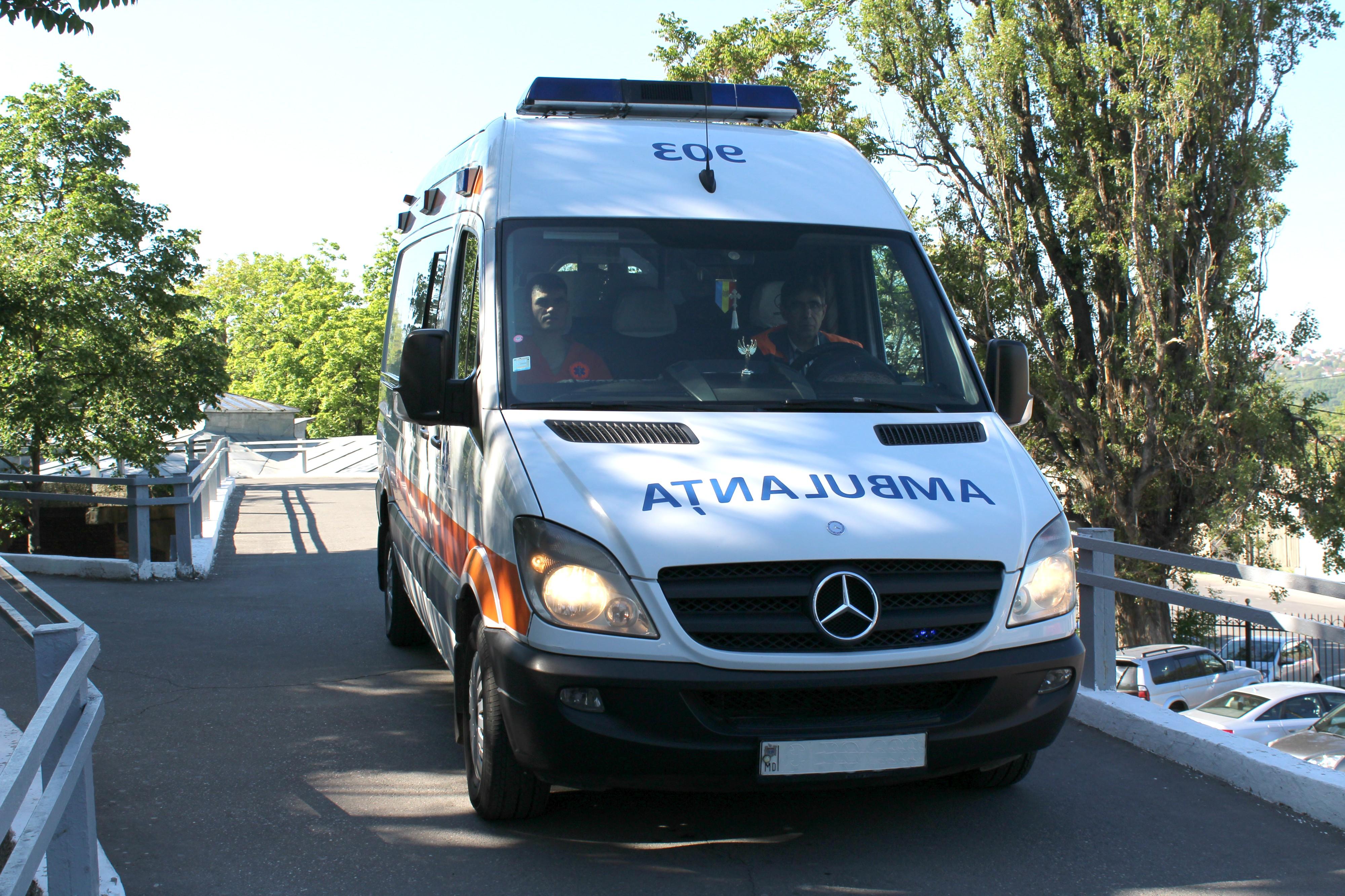 Echipele de asistență medicală urgentă au deservit patru accidente rutiere