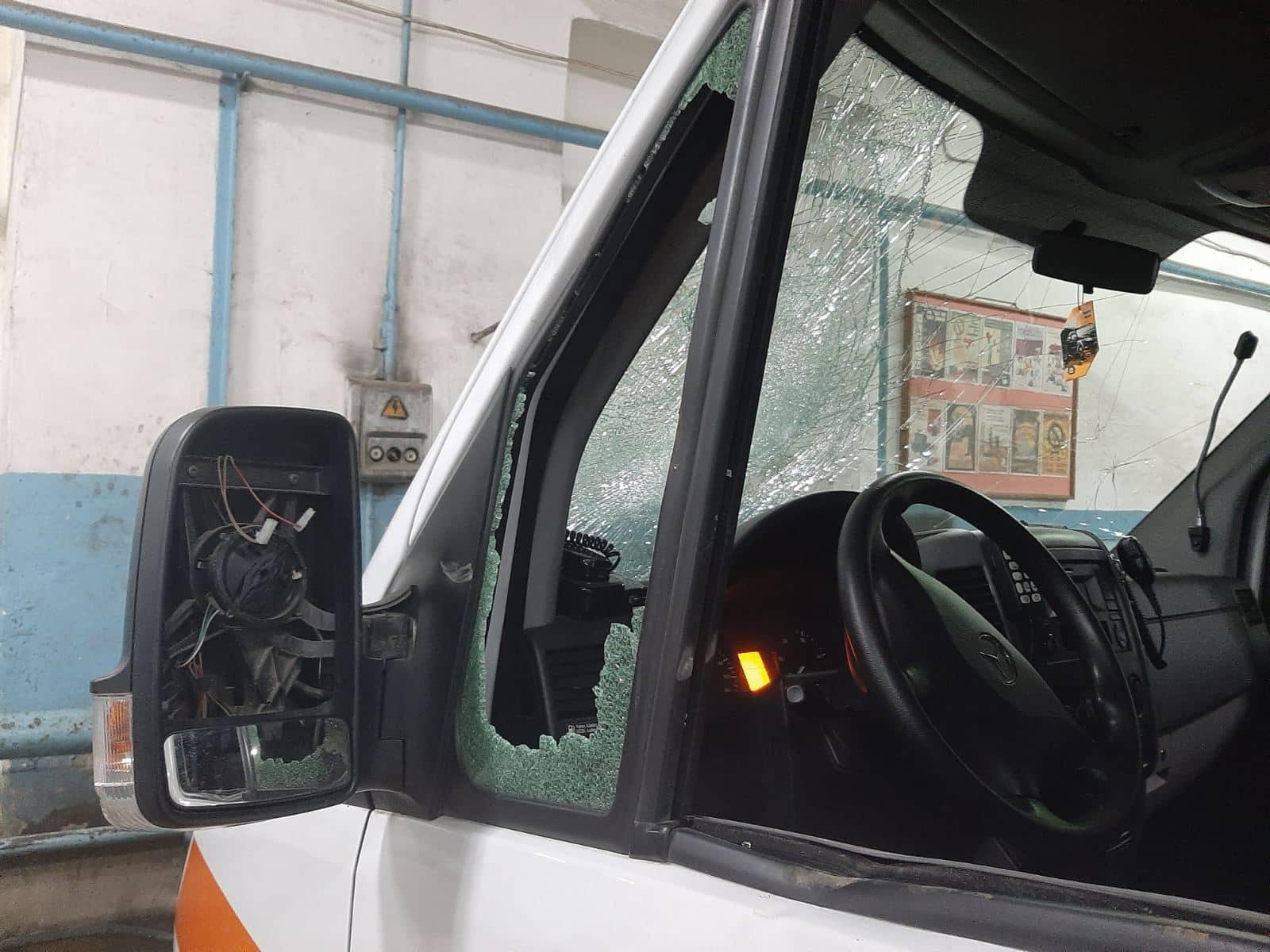 Caz strigător la cer: Ambulanță vandalizată și șofer agresat de răufăcător