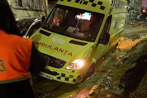 CNAMUP vine cu precizări referitor la ambulanța blocată într-un șanț